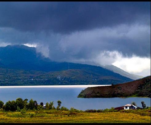 Sumber: http://tourdesingkarakcity.blogspot.com/2013/05/legenda-danau-atas-dan-danau-bawah.html