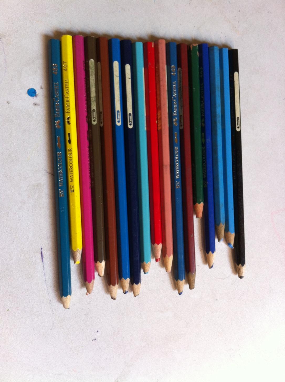 Lihat ujung pensilnya dech. Ujung seperti ini yang baru diijinin Raihan untuk diraut. :D