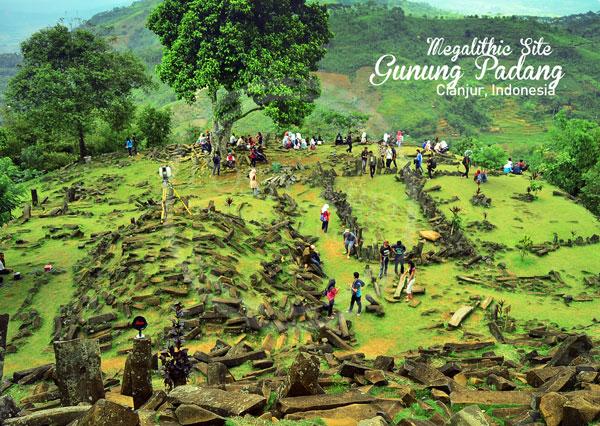 Penasaran seperti apa Gunung Padang yang katanya ada sejarah Megalitikumnya. (Source: the-patw.com)