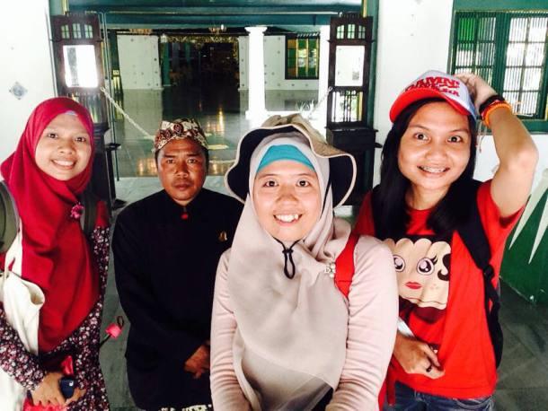 [Foto: Tella] Yeay, selfie bareng Pak Satu, tour guide di Keraton Kasepuhan yang sudah bekerja selama 20 tahun