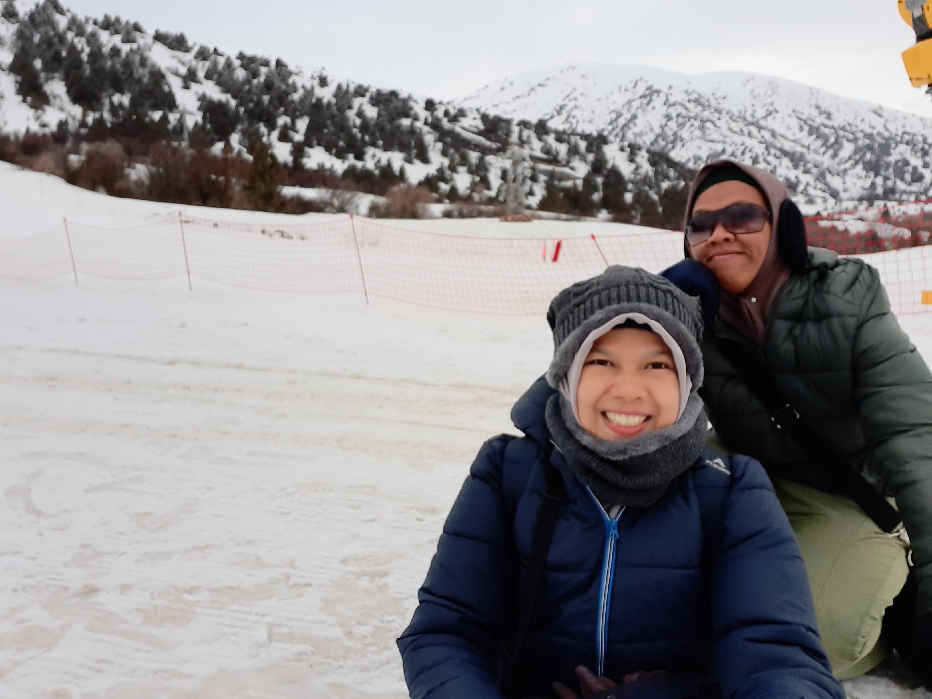 Main salju di Amirsoy, Uzbekistan
